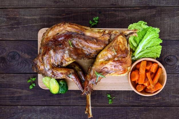 Запекать кролика целиком на деревянной доске с запеченной морковью и брюссельской капустой