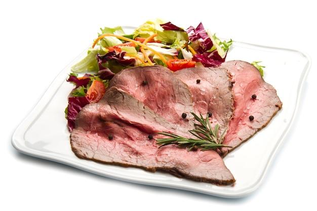 샐러드와 흰 접시에 roastbeef