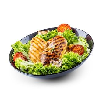 Жареная и жареная куриная грудка с салатом, помидорами и грибами, изолированными на белом