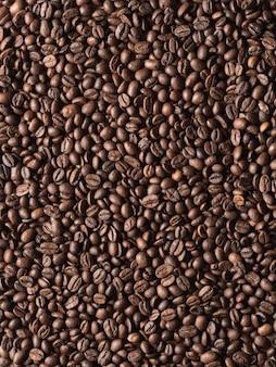 Жареный вид сверху кофейных зерен арабика.
