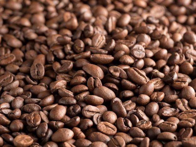 Жареные кофейные зерна арабики.