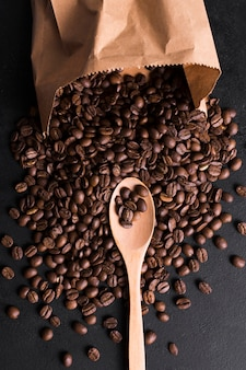 味わい深いコーヒーの焙煎豆とショッピングペーパーバッグ