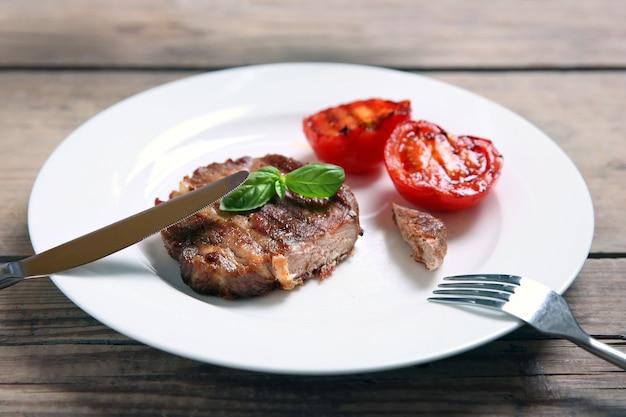 プレート、木製の背景にローストビーフフィレ肉