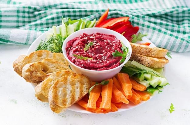 Жареный свекольный хумус с тостами и овощами. хумус из свеклы.