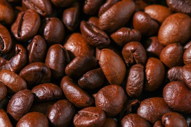 灰色の背景にロースト茶色のコーヒー豆