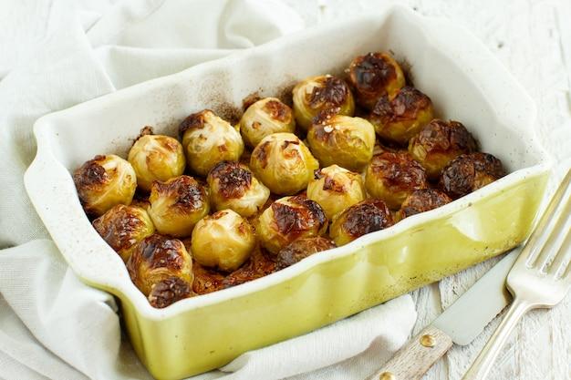 오븐에서 작은 캐서롤에 구운 brussel sprouts