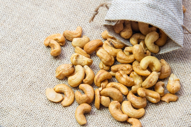 Жареный орех кешью в мешочке