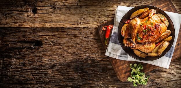 칠리 페퍼와 허브를 곁들인 구운 닭고기와 미국식 감자 - 맨 위.