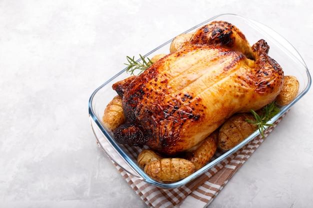 Жареная курица и картофель Premium Фотографии