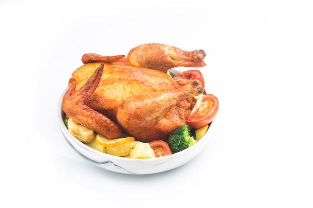 흰색 테이블에 구운 닭고기와 야채