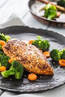 Жареная куриная грудка с брокколи, морковью и кунжутом.