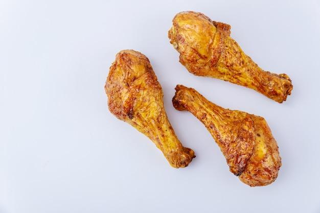 버팔로 소스와 함께 절인 구운 된 치킨 나지만 흰색 배경에 고립. 평면도.