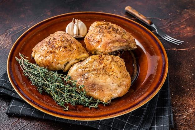Жареные куриные бедра со специями в тарелке. вид сверху.