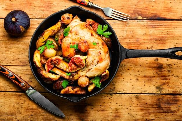 과일과 야채를 곁들인 구운 닭고기