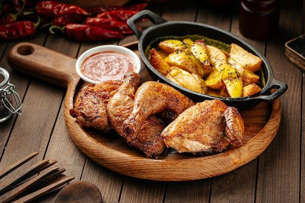 Жареный цыпленок с картофелем и красным соусом