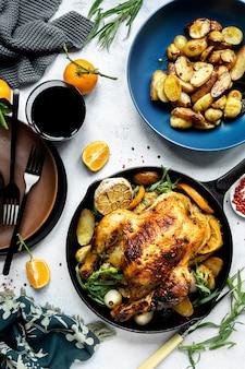 ローストチキンとジャガイモの休日の夕食の食べ物の写真