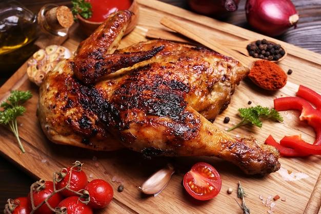 Жареный цыпленок со специями и овощами