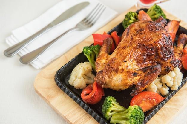 야채와 함께 구운 닭.