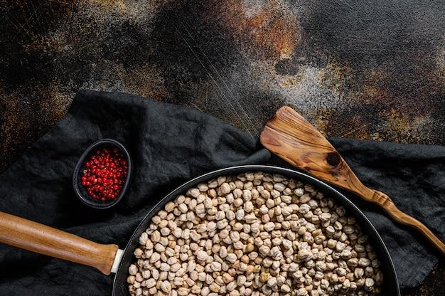 スモークパプリカとひよこ豆のロースト。健康的なベジタリアン料理。上面図。 copyspaceの背景