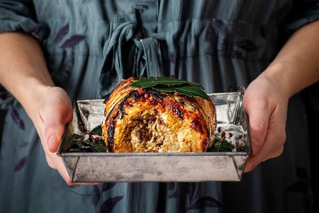 Prosciutto arrosto di natale su una fotografia di cibo vassoio