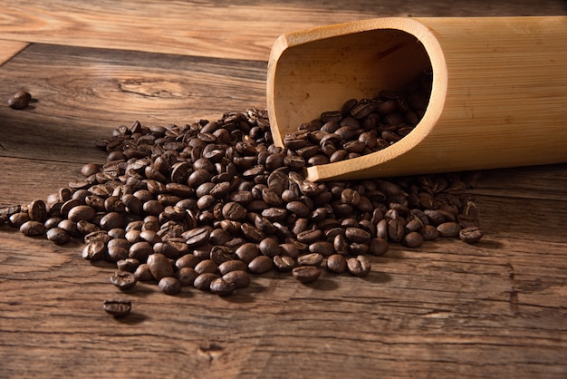 배경에 대 한 볶은 커피 콩 상위 뷰입니다.