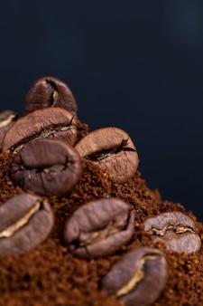 볶은 커피 원두를 원두커피 위에 놓고, 뜨겁고 상쾌한 커피 음료를 만드는 데 사용할 수 있는 재료, 클로즈업 커피 원두 가루