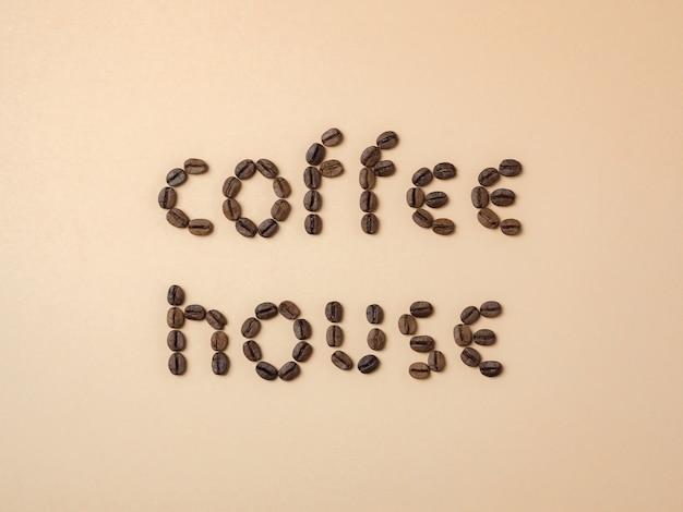 文字で配置されたローストコーヒー豆