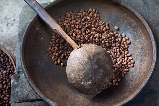 Жареные кофейные зерна на ферме coffee luwak, бали, индонезия