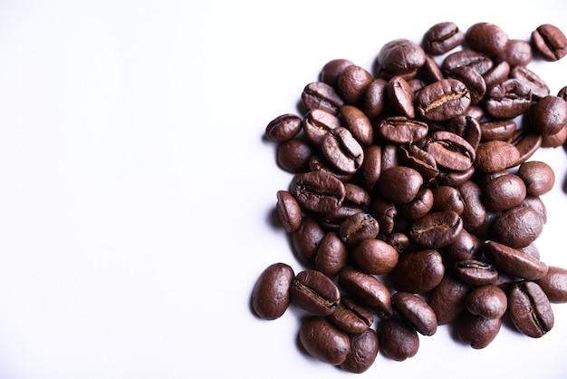 Жареный фон кофейных зерен. вид сверху. копировать пространство