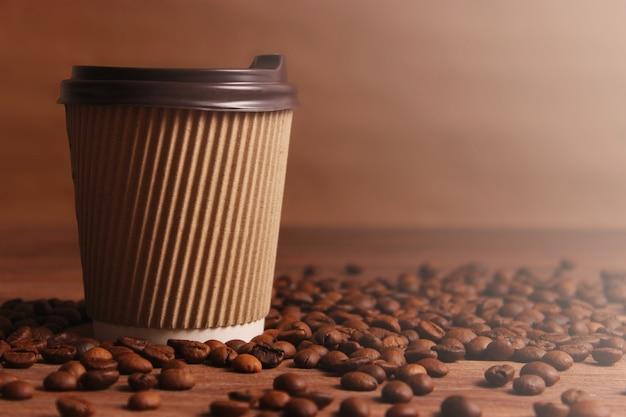 焙煎したコーヒー豆が芳香性のコーヒー豆をクローズアップ