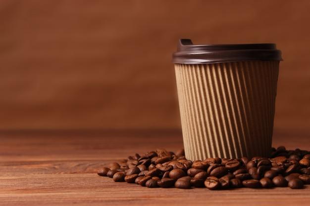 焙煎したコーヒー豆がクローズアップ。芳香性のコーヒー豆