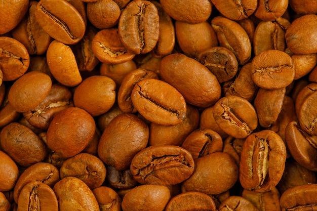 볶은 커피 콩 클로즈업입니다. 세로.