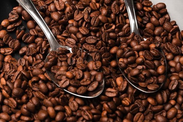 Жареный кофе в зернах крупным планом