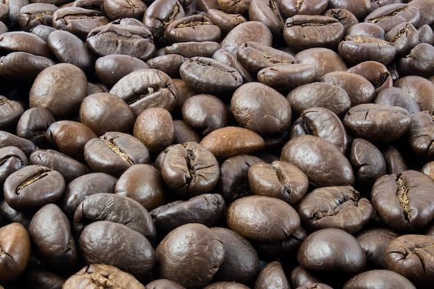 볶은 커피 콩, 커피 콩 텍스트 배경 전체에 초점을 맞춥니다.