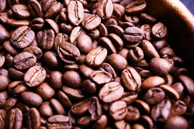 背景のコーヒーのローストコーヒー豆をクローズアップ