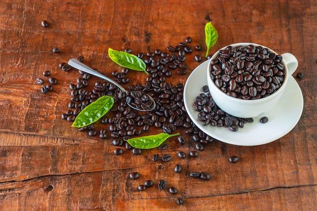 Жареные кофейные зерна в чашке