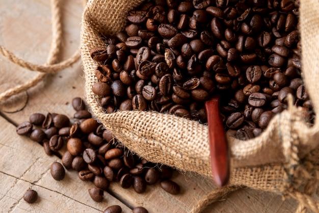 黄麻布の袋に焙煎コーヒー豆