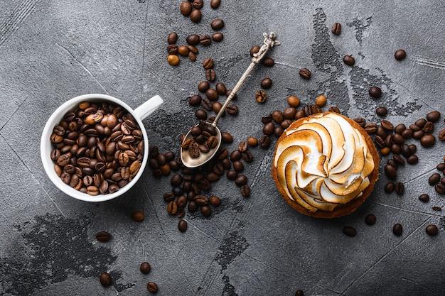 コーヒー豆のロースト カップとグレー テクスチャのケーキ