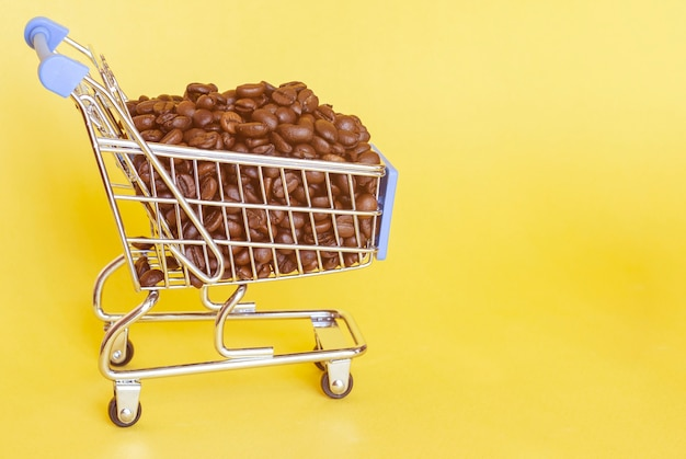 Жареные кофейные зерна в корзине