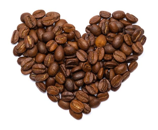 分離されたハートの形をした焙煎コーヒー豆。コーヒーが好き