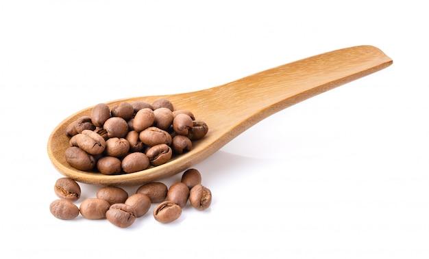 白の木のスプーンでコーヒー豆の焙煎