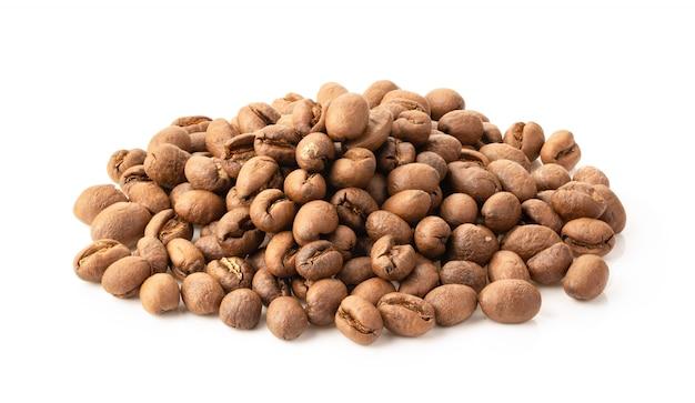 白で隔離されるローストコーヒー豆