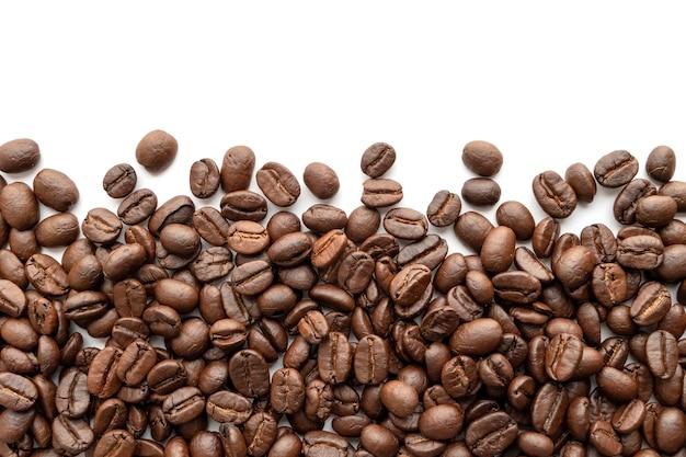 볶은 커피 콩 흰색 배경에 고립입니다. 확대.