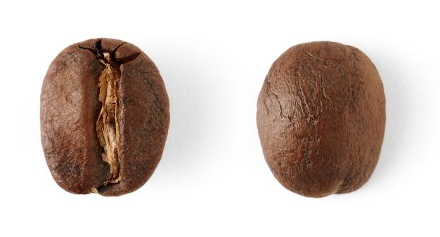 白い背景で隔離の焙煎コーヒー豆