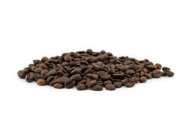 Жареные кофейные зерна изолированные