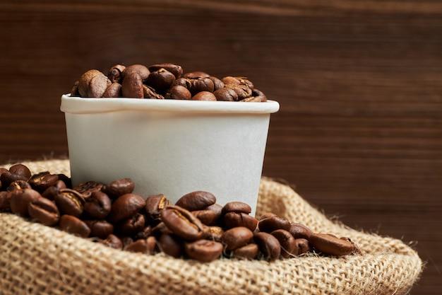 ローストコーヒー豆はニットバッグの段ボールカップにあります。