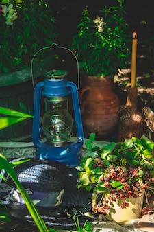ネイビーブルーの背景にローストコーヒー豆