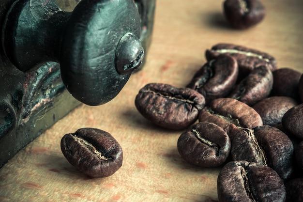 テーブルのクローズアップのローストコーヒー豆