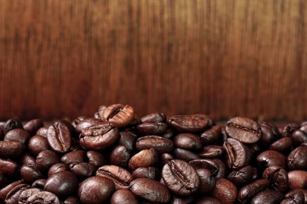 古い木製のテーブルでローストコーヒー豆