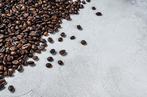 화이트 시골 풍 테이블에 볶은 커피 콩. 평면도.